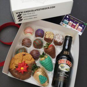 Caja con fresas con chocolate, Bombones de sabores surtidos, una galleta de chocochips con chocolate, Marshmallows y botellita de Baileys