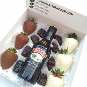 Caja con fresas con chocolate, chocolates rellenos y baileys