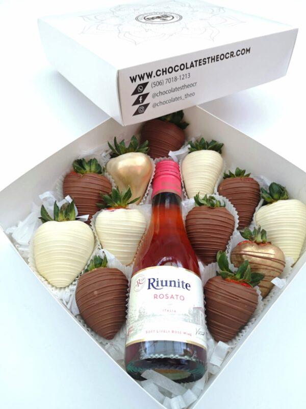 Caja con fresas con chocolate y botellita de vino Riunite