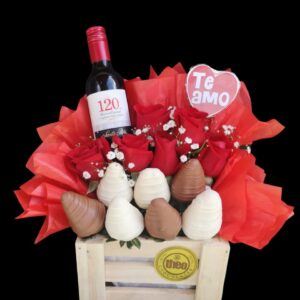 Arreglo en base de madera con 6 rosas naturales y 7 fresas cubiertas con chocolate